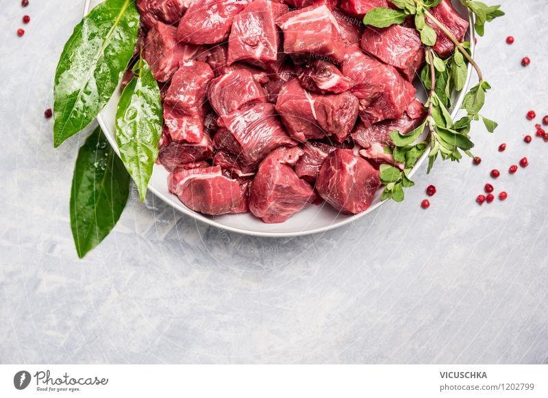 Rindfleisch für Gulasch mit frischem Lorbeerblatt Gesunde Ernährung Stil Hintergrundbild Lebensmittel Design Tisch Kochen & Garen & Backen einfach