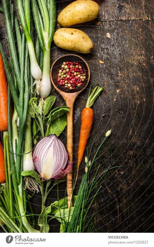 Alter Holzlöffel und Gemüse fürs Kochen Lebensmittel Kräuter & Gewürze Ernährung Mittagessen Abendessen Festessen Bioprodukte Vegetarische Ernährung Diät Löffel