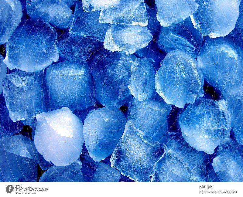 BlauesEisGewürfele blau Wasser Winter kalt Schnee Hintergrundbild Ernährung Coolness Erfrischung frieren Würfel Schnellzug Eiswürfel