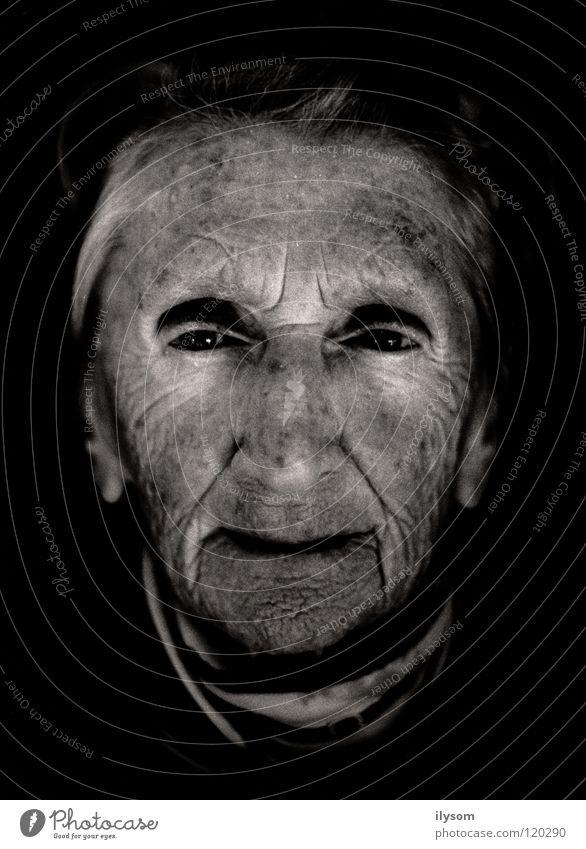 old woman Frau Großmutter Porträt Schwarzweißfoto alt Falte Gesicht Auge trauig