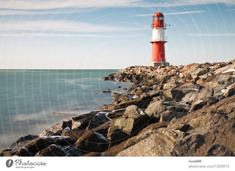 Die Mole in Warnemünde Himmel Natur blau Wasser Meer rot Landschaft Wolken Winter Umwelt Küste Horizont Schönes Wetter Ostsee Wahrzeichen Verkehrswege