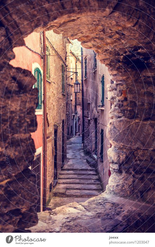 Warten auf ... Menschenleer Haus Mauer Wand Fassade Fenster Wege & Pfade alt historisch Farbfoto Außenaufnahme Tag Kontrast Zentralperspektive