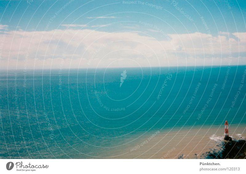Nah am Wasser gebaut! Himmel weiß Meer blau rot Sommer Strand Wolken Lampe Berge u. Gebirge Stein Sand Wasserfahrzeug Küste groß