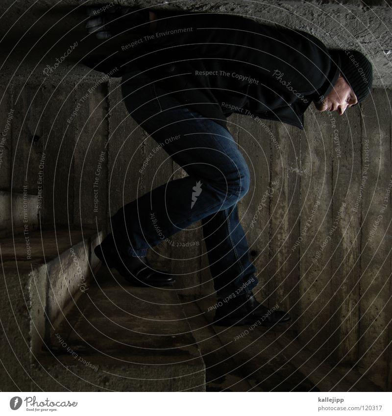 under the stairs downstairs Beton gedreht drehen Wand schlafen Wappen Käfig Platz eng gefangen gebeugt Körperhaltung Gewicht schwer Zwinger steigen Jacke Mann