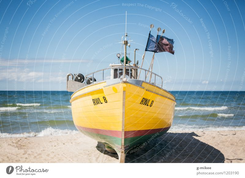 Fischerboot Sand Luft Wasser Himmel Horizont Sommer Strand Nordsee Ostsee Meer groß blau gelb Wasserfahrzeug Farbfoto Außenaufnahme Menschenleer Tag