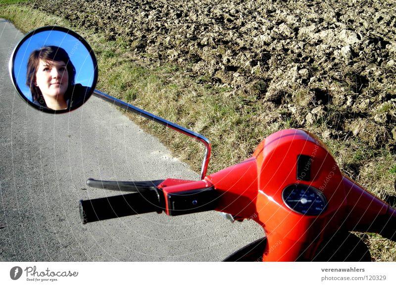 Spiegelbild Kleinmotorrad rot Feld Fahrzeug Freizeit & Hobby Jugendliche Straße Himmel Fahrradlenker blau