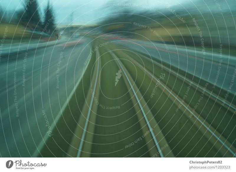 very fast.. Verkehrsmittel Verkehrswege Straßenverkehr Bahnfahren Straßenbahn Schienenfahrzeug Geschwindigkeit Farbfoto Außenaufnahme Tag Langzeitbelichtung
