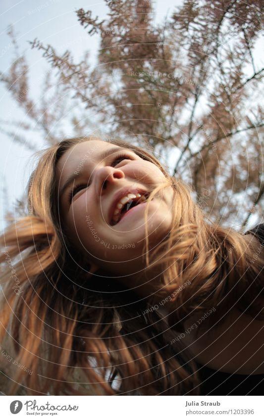 schüttle dein haar feminin Mädchen 1 Mensch 8-13 Jahre Kind Kindheit 13-18 Jahre Jugendliche Himmel Schönes Wetter Sträucher Garten Haare & Frisuren brünett