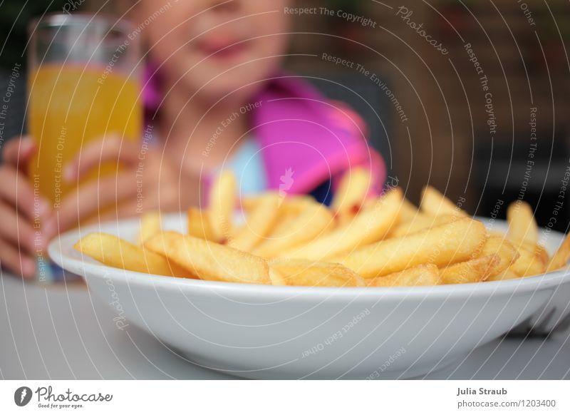 lecker pommes Ernährung Mittagessen Fastfood Fingerfood Pommes frites Ketchup Getränk trinken Limonade Teller Glas Ferien & Urlaub & Reisen Ausflug Sommer Kind