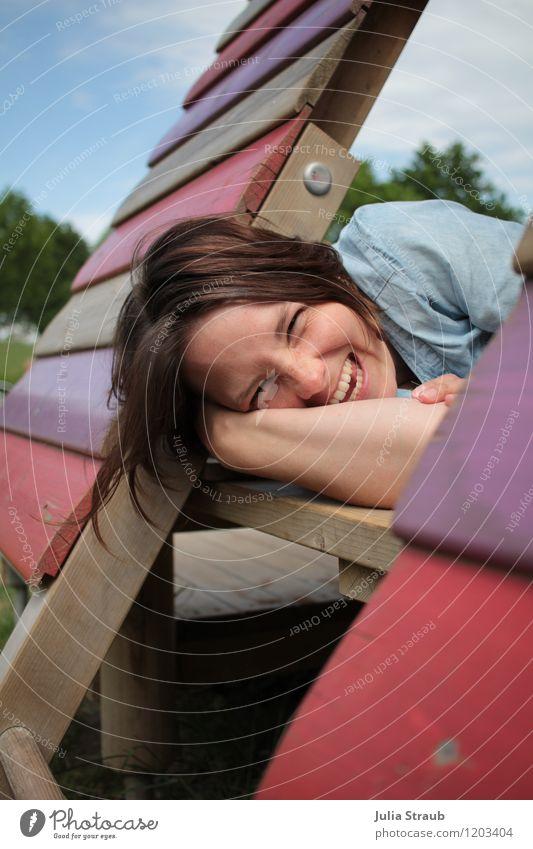 ach wie schön Freizeit & Hobby Spielen Kinderspiel Spielplatz Holzhütte feminin Frau Erwachsene Mutter Leben 1 Mensch 30-45 Jahre Himmel Baum lachen liegen
