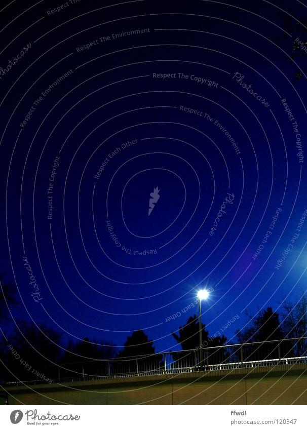 gentle glow Lampe Laterne Straßenbeleuchtung Asphalt Beton Nacht dunkel Licht Beleuchtung glühen Stern (Symbol) Langzeitbelichtung Brücke Verkehrswege
