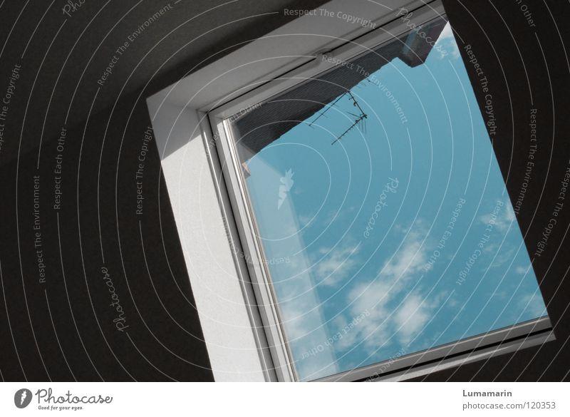 Wohnungskoller Fenster Wolken Wand unten dunkel weiß schwarz Dach Dachfenster Fensterrahmen Reflexion & Spiegelung Luft luftig Antenne Gegenteil Ecke Drehung