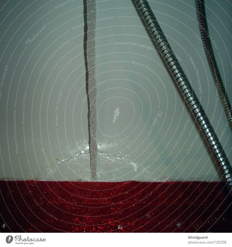 Kalles Einlauf... Samstag Schwimmen & Baden Ritual Sauberkeit rein Schlauch Matten Badematte Badewanne rot weiß füllen Schlagschatten stehen teuer Umweltschutz