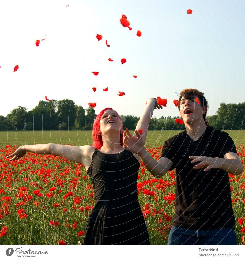und.so.stehen.wir.. Schwester Frau feminin Mann Junger Mann Bruder Partnerschaft Zärtlichkeiten Geborgenheit Unendlichkeit Lebensfreude werfen Feld Mohnfeld rot