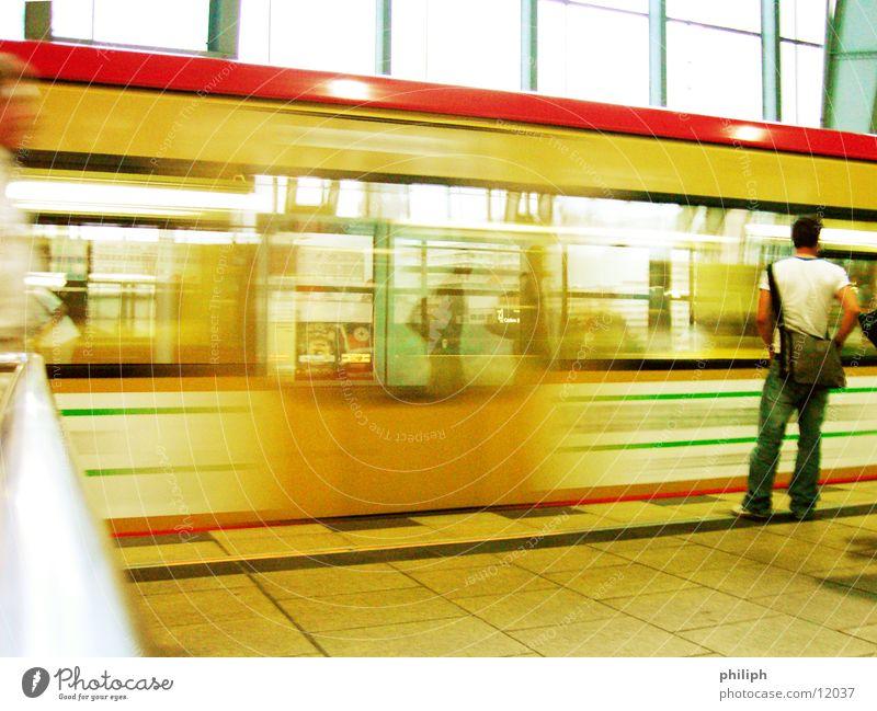 WaitingForTrain Mann Eisenbahn S-Bahn Alexanderplatz U-Bahn Mensch Bahnhof warten train Berlin Bewegung motion public transportation
