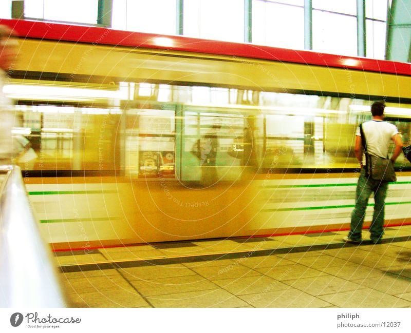 WaitingForTrain Mensch Mann Berlin Bewegung warten Eisenbahn U-Bahn Bahnhof Öffentlicher Personennahverkehr S-Bahn Alexanderplatz