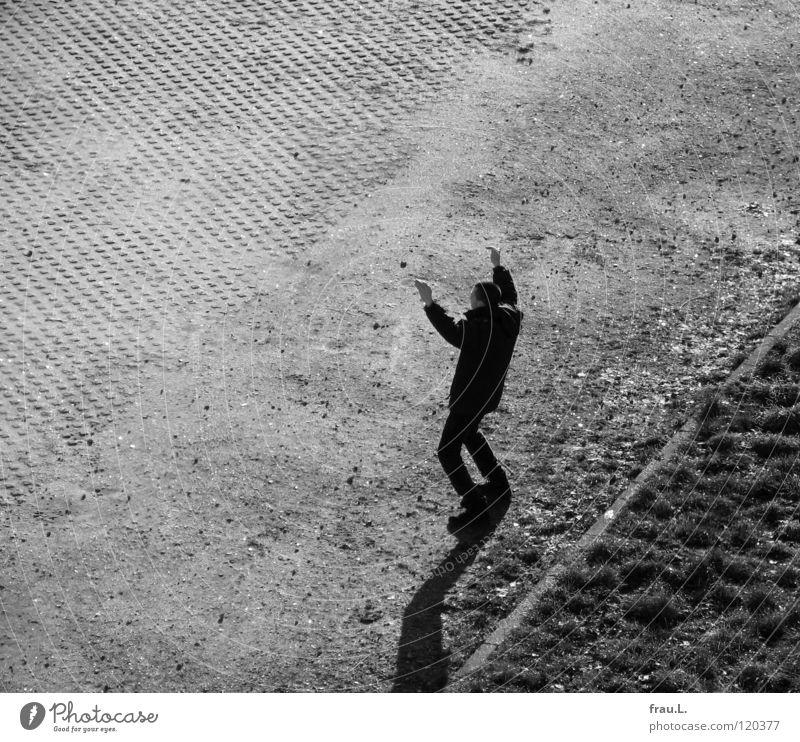 Hands up! Mann Spielen Gras Arme Platz Yoga Begeisterung Turnen Kriminalroman Überfall Täter Tai Chi Hände hoch Qi gong
