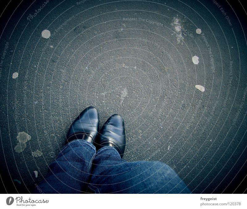 Waiting for... Schuhe Asphalt Bürgersteig gehen Kaugummi grau Verkehr Infrastruktur Verkehrswege warten Beine Wege & Pfade sitzen Fleck Jeanshose blau indigo