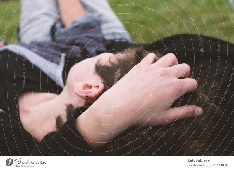 lost in you androgyn Homosexualität Paar Erholung genießen Liebe liegen frei Zusammensein Vertrauen Geborgenheit Sympathie Freundschaft Verliebtheit Interesse
