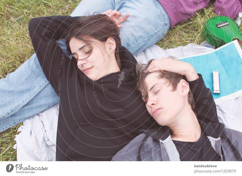Even when my luck is down i take joy... androgyn Homosexualität Paar Partner 2 Mensch Umwelt Schönes Wetter Erholung genießen hängen Liebe liegen frei