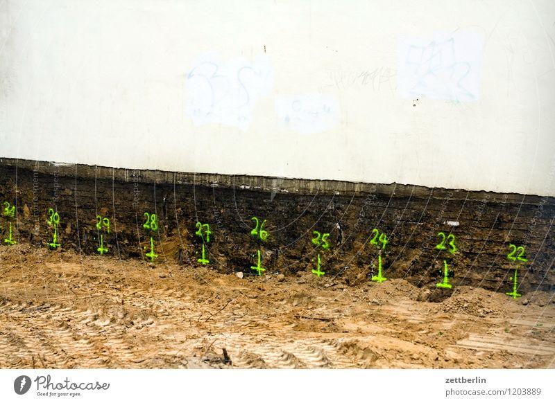 31 30 29 28 27 26 25 24 23 22 Ziffern & Zahlen Schriftzeichen Beschriftung Schilder & Markierungen Baustelle Baugrundstück Tiefbau Sand Kies Wand Fassade