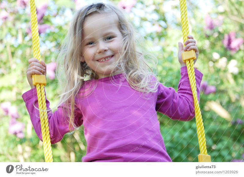 Prinzessin auf der Schaukel Mensch Kind schön Sommer Freude Mädchen feminin Spielen Glück Haare & Frisuren Garten Kindheit blond Fröhlichkeit Freundlichkeit violett