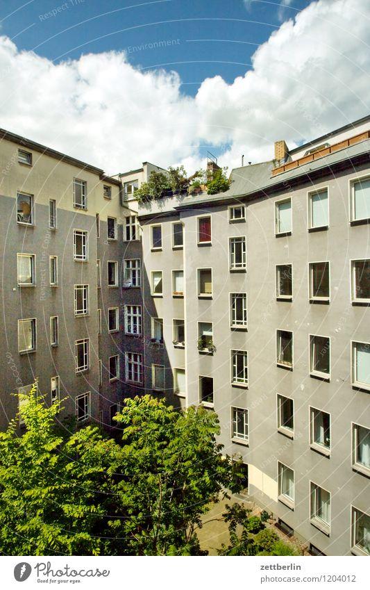 Schöneberg Berlin Haus Wohnhaus Wohnhochhaus hinterhaus Hinterhof Innenhof Häusliches Leben Wohngebiet Fassade Fenster Fensterfront Sommer Sonne Wolken Wand