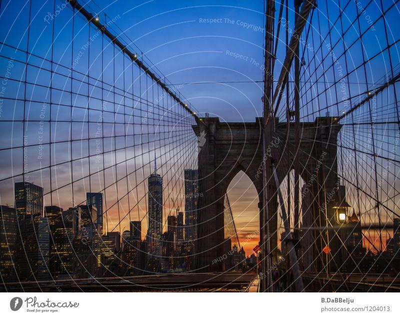 Brooklyn Bridge Himmel Ferien & Urlaub & Reisen Stadt blau Sommer Gebäude Stimmung Brücke Skyline Wahrzeichen Sehenswürdigkeit Abenddämmerung Amerika