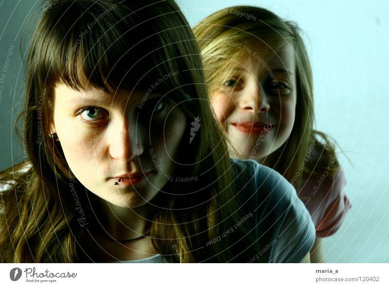 SchwesterHERZ - wer guckt denn da? Frau Kind Mädchen alt blau Auge Leben feminin lachen Haare & Frisuren Kopf Familie & Verwandtschaft lustig klein groß Fröhlichkeit