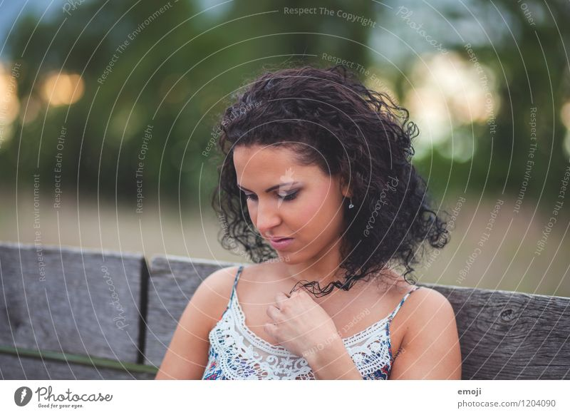 lockig feminin Junge Frau Jugendliche 1 Mensch 18-30 Jahre Erwachsene schwarzhaarig Locken schön natürlich Farbfoto Außenaufnahme Tag Schwache Tiefenschärfe