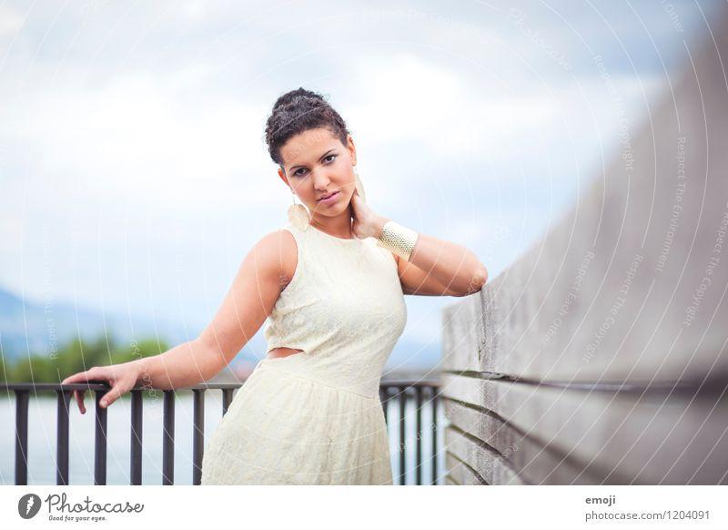Sommer feminin Junge Frau Jugendliche 1 Mensch 18-30 Jahre Erwachsene Kleid Accessoire schön Farbfoto Außenaufnahme Tag Schwache Tiefenschärfe Oberkörper