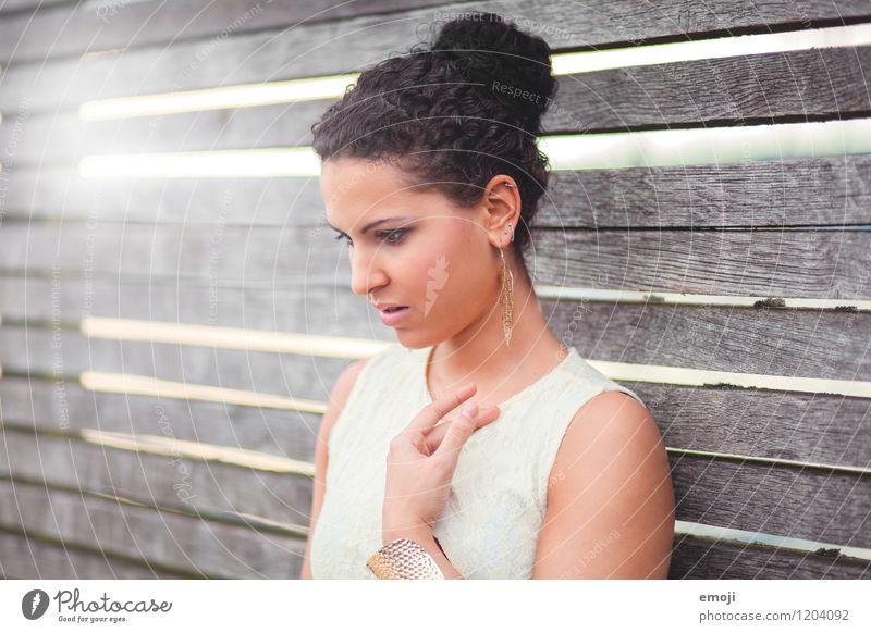 Portrait feminin Junge Frau Jugendliche 1 Mensch 18-30 Jahre Erwachsene schwarzhaarig schön Dutt Farbfoto Außenaufnahme Tag Lichterscheinung