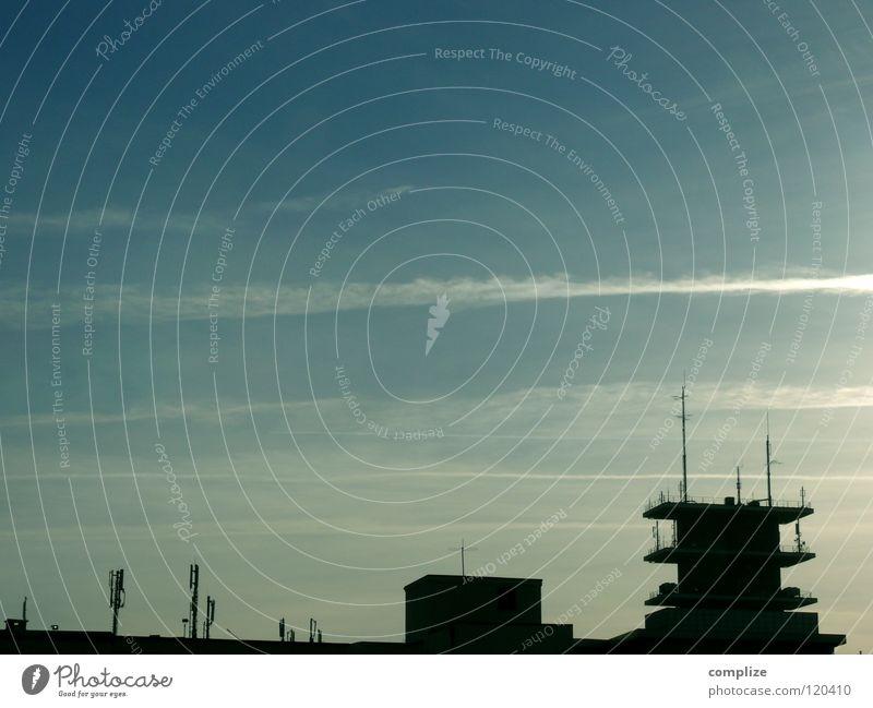 c-city Stadt Haus Wolken dunkel Fenster Gebäude Flugzeug Hochhaus Elektrizität Kommunizieren Dach Fernsehen Streifen Medien Radio