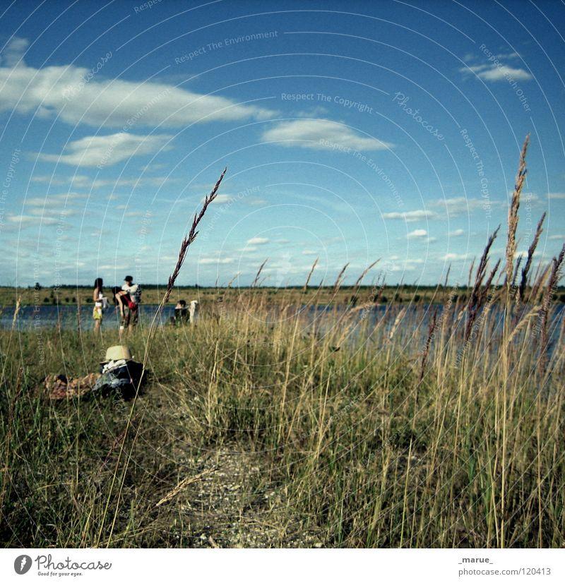 Ein_unvergesslicher_Sommer Wolken Schilfrohr Strand Mensch Picknick Ferien & Urlaub & Reisen Gras Meer See Riff Halm Stroh Dinge Bekleidung Brise braun grau