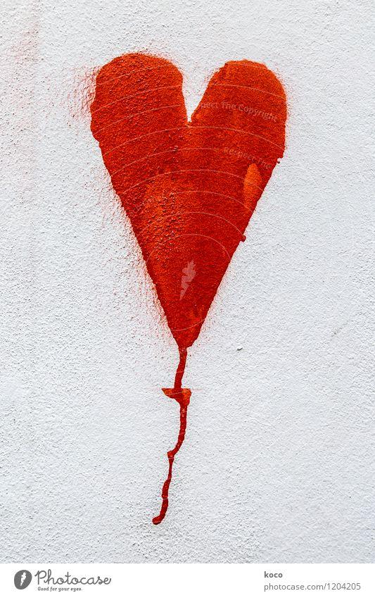 LOVE. Mauer Wand Fassade Herz einfach rund Spitze rot weiß Liebe Verliebtheit Farbfoto Außenaufnahme Nahaufnahme Detailaufnahme Textfreiraum links Tag