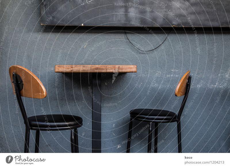take a seat. Mauer Wand Fassade Tisch Stuhl Sessel Schilder & Markierungen warten dunkel retro trashig trist blau braun grau schwarz Einsamkeit ausdruckslos
