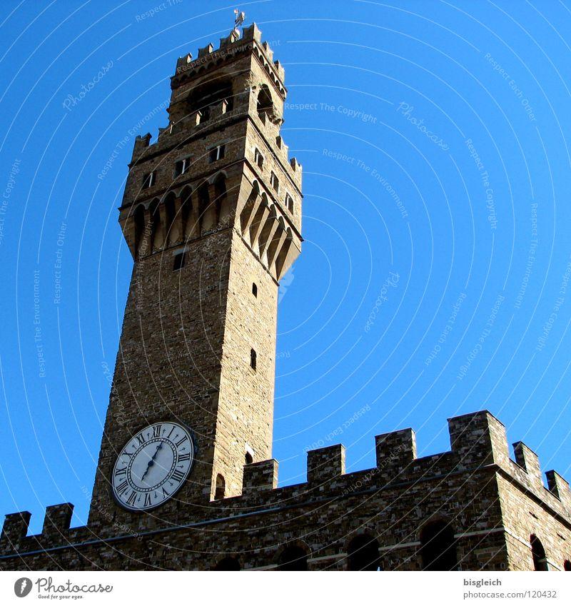 Palazzo Vecchio, Florenz (Italien) Farbfoto Außenaufnahme Menschenleer Textfreiraum rechts Froschperspektive Uhr Himmel Europa Rathaus Turm Sehenswürdigkeit