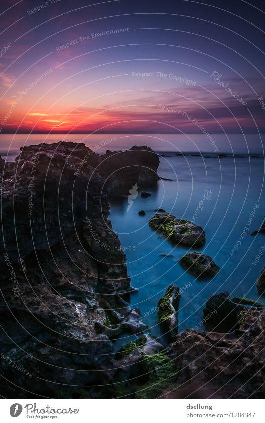 die zeit anhalten. Landschaft Wasser Himmel Wolken Horizont Sonnenaufgang Sonnenuntergang Sommer Schönes Wetter Felsen Wellen Küste Mittelmeer Kitsch blau