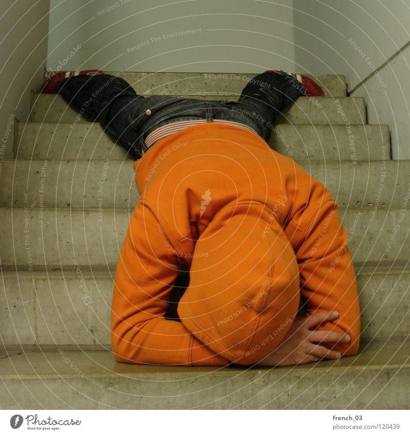50, Gehirndurchblutungsoptimierung Mensch Mann Jugendliche weiß Farbe Wand Mauer Traurigkeit See Denken Linie orange liegen maskulin Treppe Perspektive