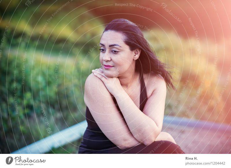 Madame R. im Himmelmoor Frau Erwachsene 1 Mensch 30-45 Jahre Umwelt Natur Landschaft Sommer Wiese Kleid schwarzhaarig langhaarig sitzen träumen Traurigkeit