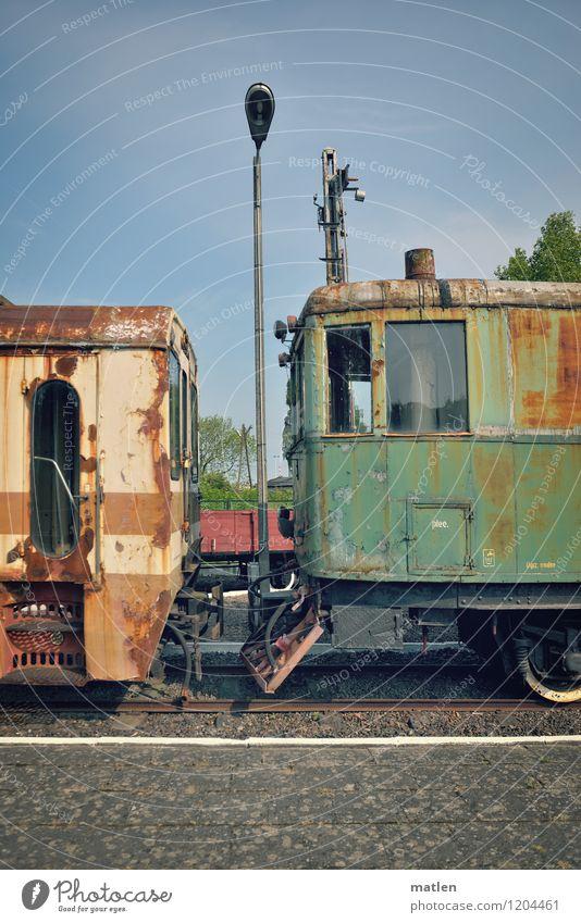 Abstellgleis Wetter Schönes Wetter Verkehr Verkehrsmittel Verkehrswege Personenverkehr Bahnfahren Schienenverkehr Eisenbahn Personenzug alt kaputt blau braun