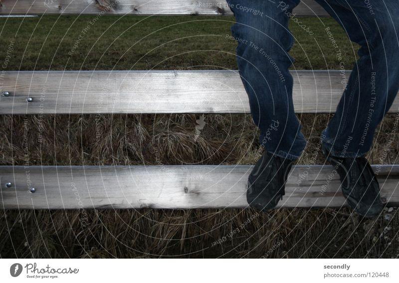 -Ladebalken----- Holz Gras Beine Schuhe Zeit sitzen warten Bekleidung lang Geländer Hose Langeweile Balken