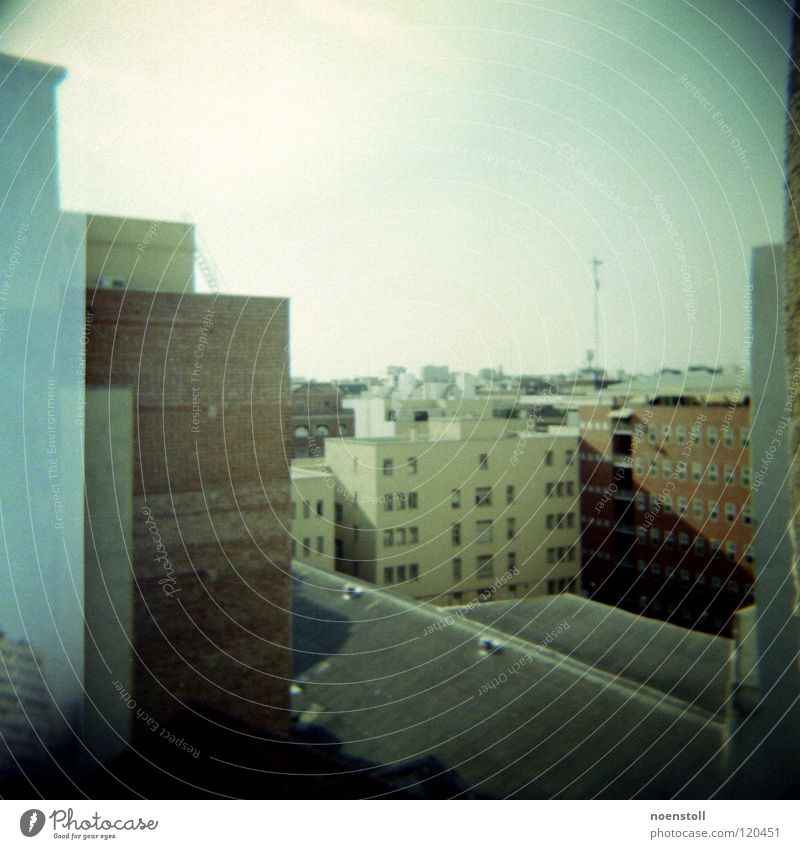 blick in madrid Himmel Stadt Ferne Wand Fenster Wärme Hochhaus hoch Aussicht Dach Physik Backstein Antenne frontal Mittelformat