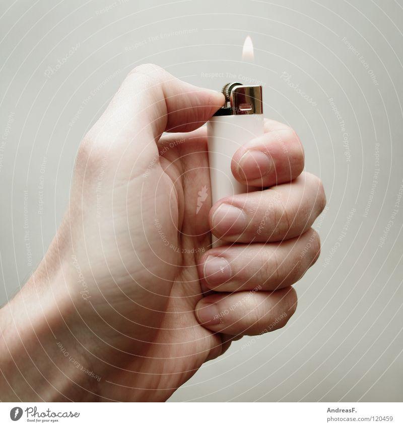 Feuer? Feuerzeug Hand anzünden brennen zündeln Rauchen Brandgefahr Brandstiftung heiß gefährlich Flamme kokeln anbrennen Brandstifter Feuerwehr