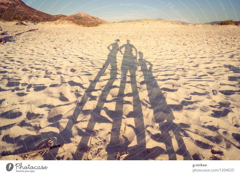 Familie am Strand Mensch Familie & Verwandtschaft Partner 3 Menschengruppe Natur Landschaft Sand Sonnenlicht Sommer Insel Zusammensein Wärme gelb Farbfoto