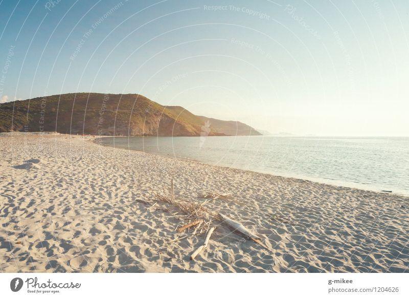 Strand Natur Landschaft Sand Wasser Himmel Sommer Meer Insel ästhetisch frei Wärme Gelassenheit ruhig leer Mittelmeer Korsika Hügel blau gelbgold Farbfoto