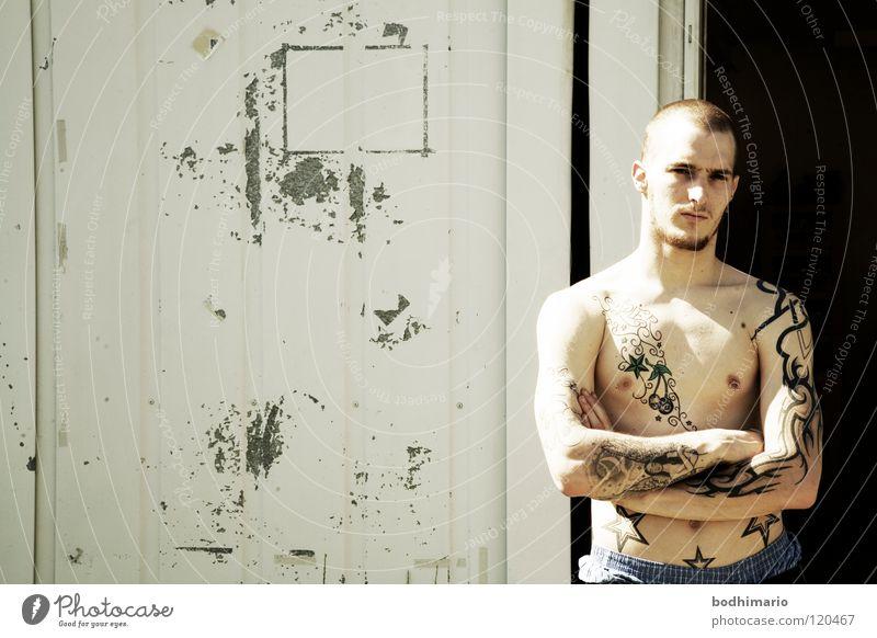 Angry Youth Mann Kunst Kultur Wut Tattoo gegen Punk Österreich Ärger Porträt Hass Hardcore Wiedervereinigung Anarchie Dornbirn Randgruppe