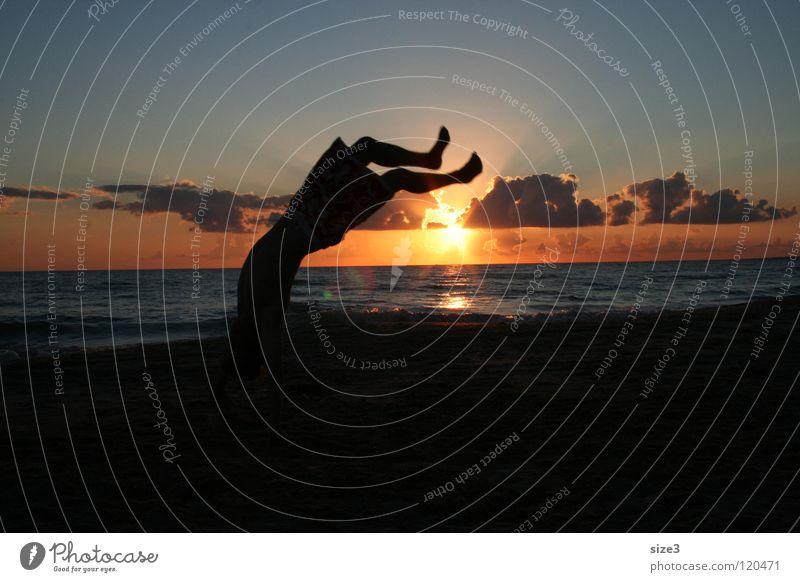 Am Strand in Sizilien Meer Sonnenuntergang Zirkus Gleichgewicht Ballsport Kunststück Sizilientournee Aurel Greiner Jonathan