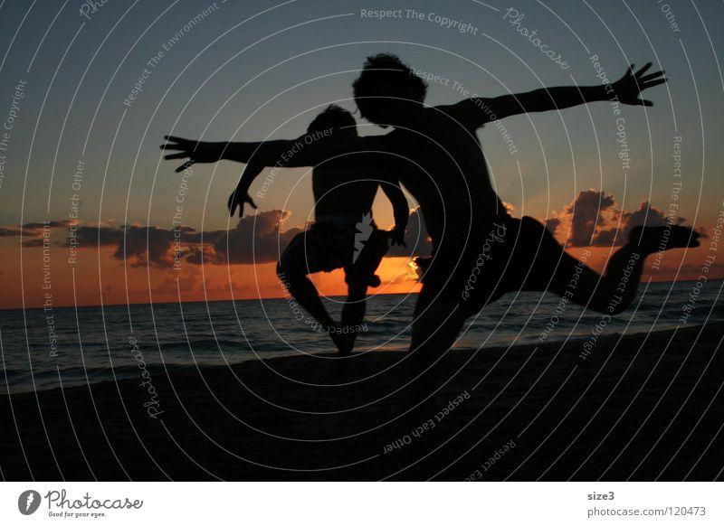 Am Strand in Sizilien Meer Sonnenuntergang Zirkus Gleichgewicht Italien Kunststück Sizilientournee Aurel Greiner Kultur reise