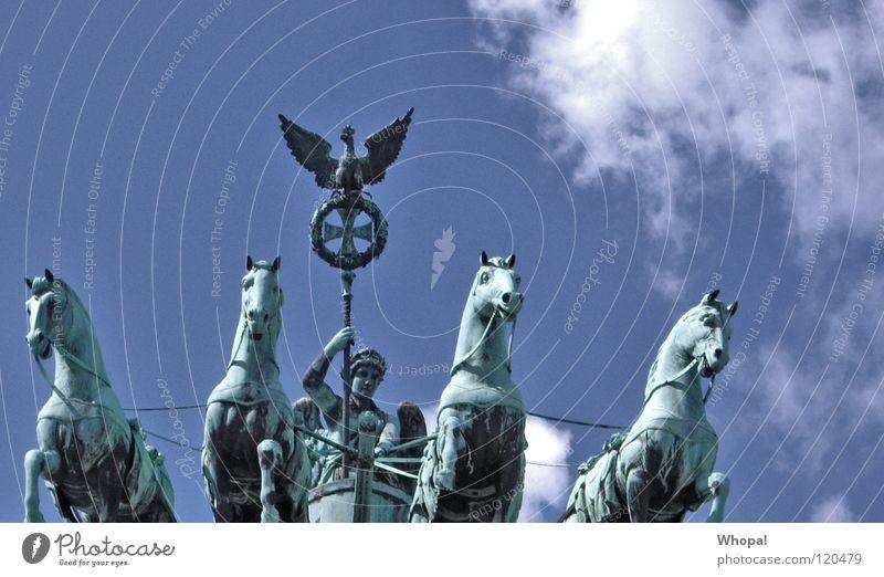 Wiedervereinigung Brandenburger Tor Wolken historisch Berlin Deutschland Perder Reiter Himmel blau